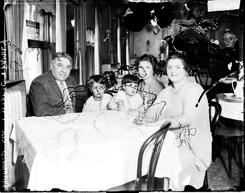 Esposito-Joe-and-family-at-restaurant-1922-SDN-0074988