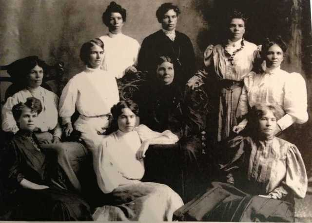 2018-12-Lyria Wilson PHOTO with mother Emeline and sisters - circa 1905 - Patricia Shahen